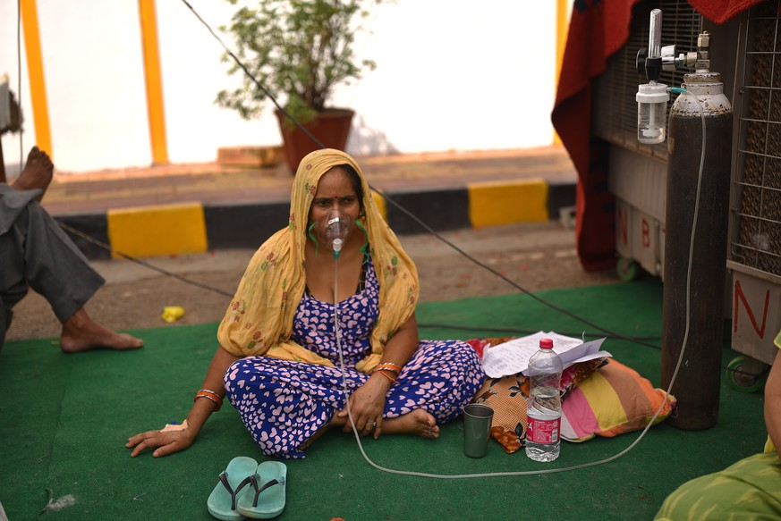 epaselect epa09171217 Indian suspected Covid-19 patient waits for the oxygen supply at a Sikh shrine or gurdwara premises where various Sikh religious organizations offer oxygen for free offered in New Delhi, India, 01 May 2021. The country has reported a record number of 400,000 new COVID-19 cases in one day.  EPA/IDREES MOHAMMED