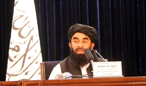 epa09427714 Taliban spokesperson Zabiullah Mujahid, talks with journalists during a press conference, in Kabul, Afghanistan, 24 August 2021. Mujahid said that evacuation must be completed by August 31 and they will not allow Afghans to go to the airport from now on.  EPA/AKHTER GULFAM