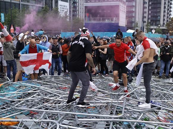 Des supporters anglais entrent en force dans l'enceinte de Wembley