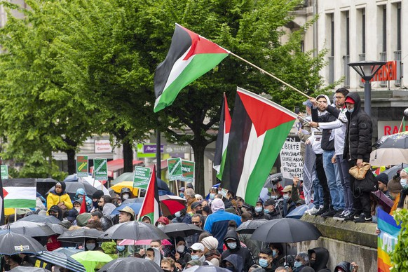 epa09201725 People participate in a demonstration of solidarity with the Palestinian people, in Geneva, Switzerland, 15 May 2021. Protesters called for a free Palestine in response to days of violent confrontations between Israeli security forces and Palestinians that resulted, according to local health authorities with at least 140 people killed in Gaza and seven in Israel. EPA/MARTIAL TREZZINI