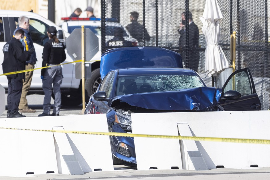 epa09112522 Officials investigate the scene after a vehicle rammed a barricade outside the US Capitol in Washington, DC, USA, 02 April 2021. According to US Capitol Police one police officer was killed and another injured after a vehicle rammed into the North Barricade at the US Capitol. A man was shot after exiting the vehicle wielding a knife, he later succumbed to his injuries.  EPA/SHAWN THEW  EPA-EFE/JIM LO SCALZO