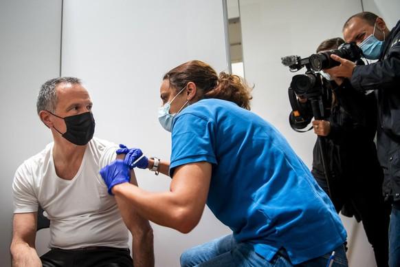 Laurent Kurth membre du Conseil d?Etat neuchatelois se fait vacciner contre le Covid-19 lors d'un point presse dans le centre de vaccination de l'Esplanade le mercredi 12 mai 2021 a Neuchatel. (KEYSTONE/Jean-Christophe Bott)