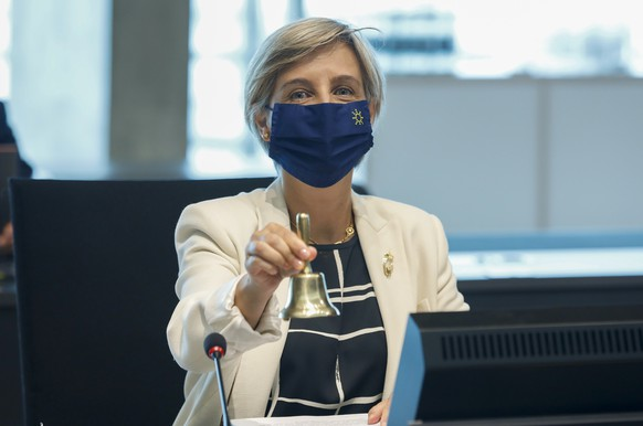 epa09272342 Portuguese Minister for Health Marta Temido rings a bell at the start of the Health Council meeting in Luxembourg, 15 June 2021. Ministers will aim to adopt a Council position on rules to reinforce the role of the European Medicines Agency in crisis preparedness and management for medicinal products and medical devices.  EPA/JULIEN WARNAND
