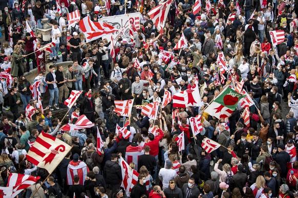 Les pro-jurassiens célèbrent le oui devant l'Hotel de Ville, où a été dressé un drapeau du canton du Jura, après l'annonce du résultat du vote.