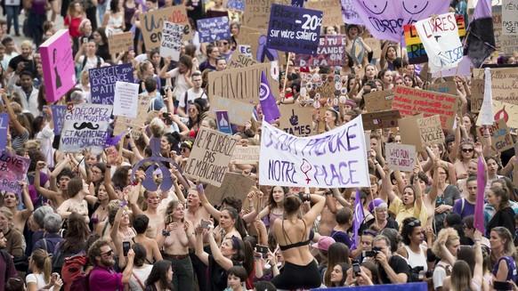 Des femmes manifestent pendant le grand cortege lors de la Greve nationale des femmes ce vendredi 14 juin 2019 a Lausanne. (KEYSTONE/Jean-Christophe Bott)