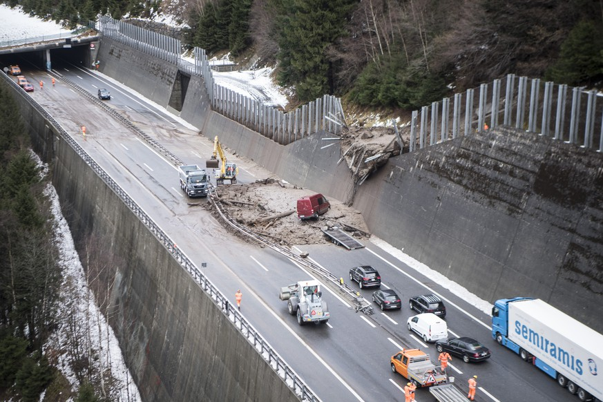 Verschuettete Autobahn A2 zwischen der Wilerplanggen und der Ripplistal-Galerie, aufgenommen am Dienstag, 23. Januar 2018. Die Schlammlawine verschuettete die A2 ueber eine Breite von 50 Metern (ca. 400 m3), erfasste ein Fahrzeug, das in Fahrtrichtung Nord unterwegs war und beschaedigte Infrastruktur und Fahrspuren in beide Fahrtrichtungen. (KEYSTONE/Urs Flueeler)  Spilled A2 highway between the Wilerplanggen and the Ripplistal gallery, taken on Tuesday, January 23, 2018. The mudslide spilled the A2 over a width of 50 meters (about 400 m3), detected a vehicle that was traveling in the direction north and Damaged infrastructure and lanes in both directions. (KEYSTONE/Urs Flueeler)