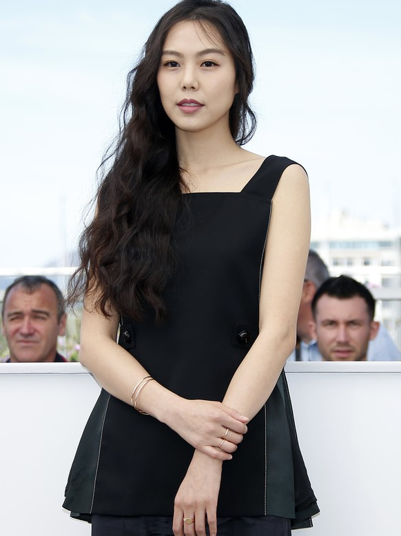 epa05978292 South Korean actress Kim Minhee poses during the photocall for 'Keul-le-eo-ui ka-me-la' (Claire's Camera) at the 70th annual Cannes Film Festival, in Cannes, France, 21 May 2017. The movie is presented out of competition at the festival which runs from 17 to 28 May.  EPA/SEBASTIEN NOGIER
