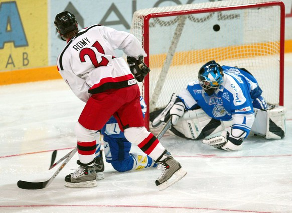 Kevin Romy of Switzerland (L) scores the second goal for his team past the Finnish goalkeeper Mikael Vuorio as Finnish and Swiss teams met on Monday, 22 December 2003 in a rehearsal game prior to the opening of the Under 20 Ice hockey World Championship on coming Friday.  EPA/HEIKKI SAUKKOMAA FINLAND OUT