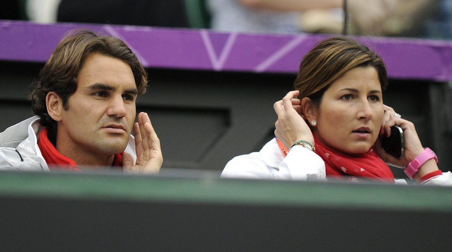Switzerland's Roger Federer, left, and his wife Mirka follow the Men's first round singles match between Switzerland's Stanislas Wawrinka and Britain's Andy Murray at Wimbledon in London, Great Britain, at the London 2012 Olympic Summer Games, pictured on Sunday, July 29, 2012. (KEYSTONE/Jean-Christophe Bott)