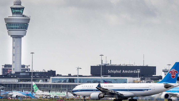 epa05190517 A general view of the control tower at Schiphol Airport in Amsterdam, The Netherlands, 02 March 2016. Reports on 02 March state the Dutch Safety Board (DSB/OVV) starts a big investigation to the safety around air traffic at and around the airport.  EPA/LEX VAN LIESHOUT