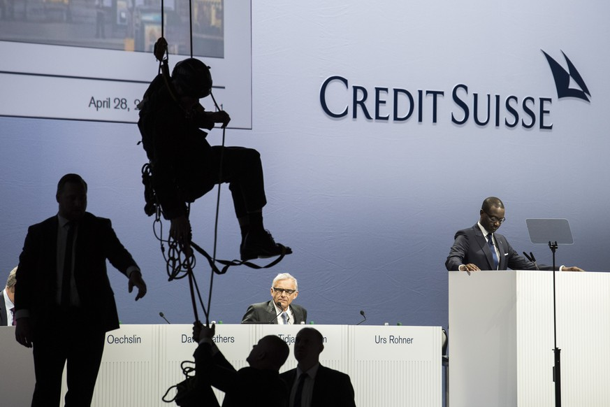 JAHRESRUECKBLICK 2017 - NATIONAL - Tidjane Thiam, CEO of Switzerland's second biggest bank Credit Suisse (CS), right, speaks next to Urs Rohner, president of the board, center, during the general assembly at the Hallenstadion in Zurich, Switzerland, Friday, April 28, 2017. (KEYSTONE/Ennio Leanza)