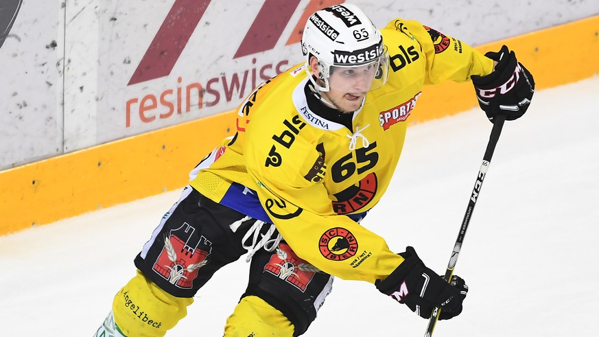 Bern's player Ramon Untersander during the fourth Playoff semifinal game of National League A (NLA) Swiss Championship between Switzerland's HC Lugano and SC Bern, at the ice stadium Resega in Lugano, Switzerland, Tuesday, March 28, 2017. (KEYSTONE/Ti-Press/Gabriele Putzu)