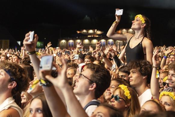 ARCHIVBILD ZUR ERLAUBNIS VON VERANSTALTUNGEN MIT MEHR ALS 1000 PERSONEN AB OKTOBER DURCH DEN BUNDESRAT, AM MITTWOCH, 12. AUGUST 2020 - Fans enjoy the concert with Macklemore at the Zuerich Openair in Glattbrugg near Zurich, Switzerland, Saturday, August 24, 2019. (KEYSTONE/Melanie Duchene)