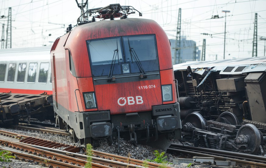 epa04338501 The locomotive and carriages of a derailed train close to the main station of Mannheim, Germany, 02 August 2014. About 40 passengers were injured, five of them seriously, when a EuroCity (EC) passenger train of Deutsche Bahn collided with a freight train the evening before. The cause of the accident was not immediately known.  EPA/UWE ANSPACH