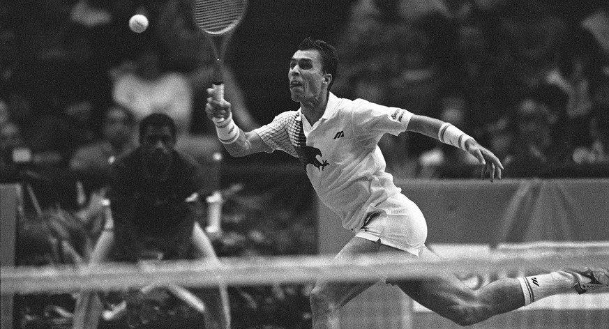 Ivan Lendl reaches to return a shot to Michael Strich during play at the U.S. Pro Indoor tennis tournament in Philadelphia, Feb. 15, 1991.  (AP Photo/John Bohn) (KEYSTONE/AP/John Bohn)
