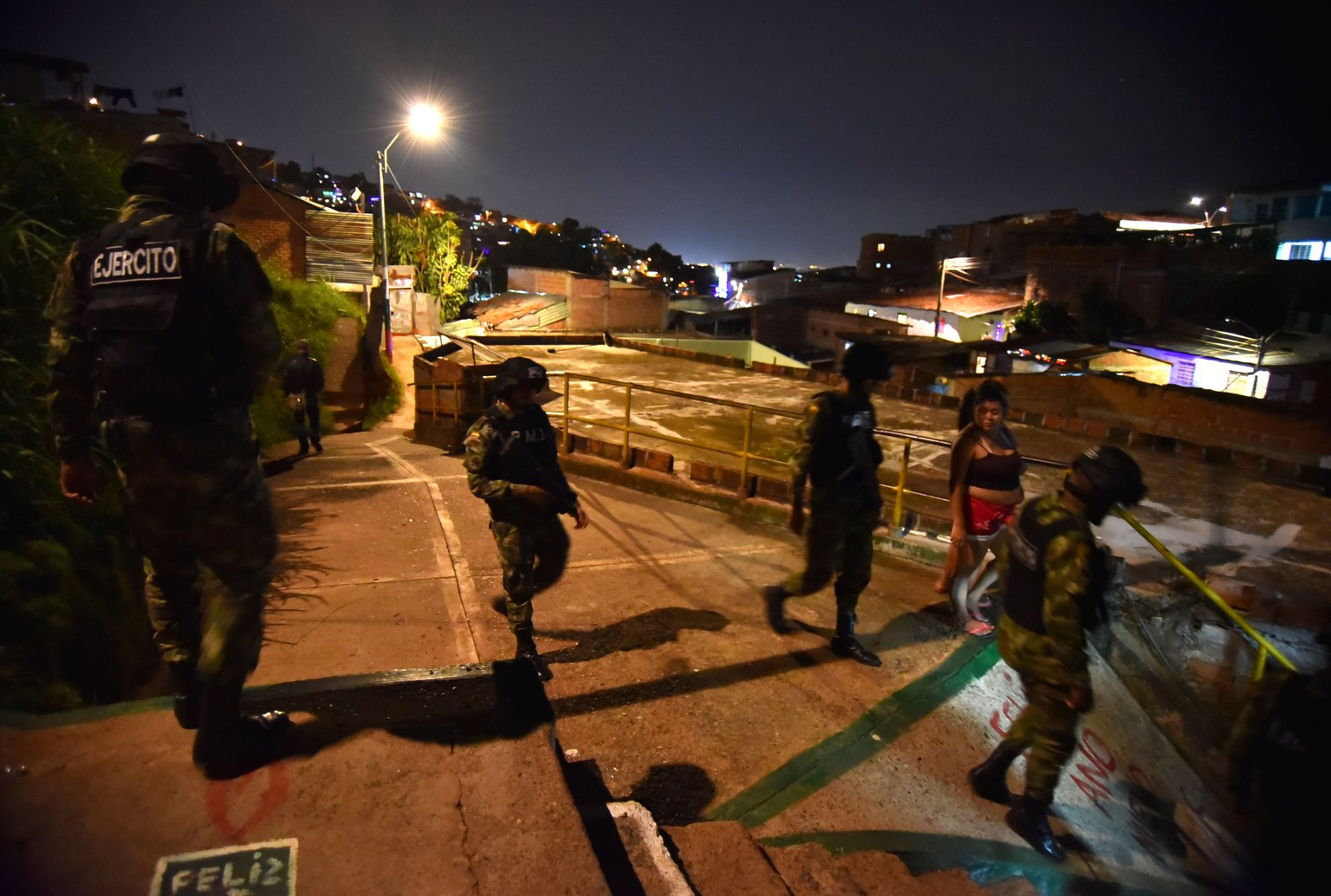 epa06388416 Soldiers of the Colombian Army participate in a security operation in the Siloe neighborhood in Cali, Colombia, 13 December 2017. Cali's Mayor, Maurice Armitage, asked the Army to increase the security controls in the city to reduce violence.  EPA/ERNESTO GUZMAN JR