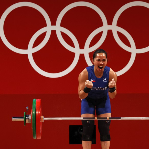 epa09367546 Hidilyn Diaz of the Philippines reacts in the Women's 55kg Snatch during the Weightlifting events of the Tokyo 2020 Olympic Games at the Tokyo International Forum in Tokyo, Japan, 26 July 2021.  EPA/JEON HEON-KYUN