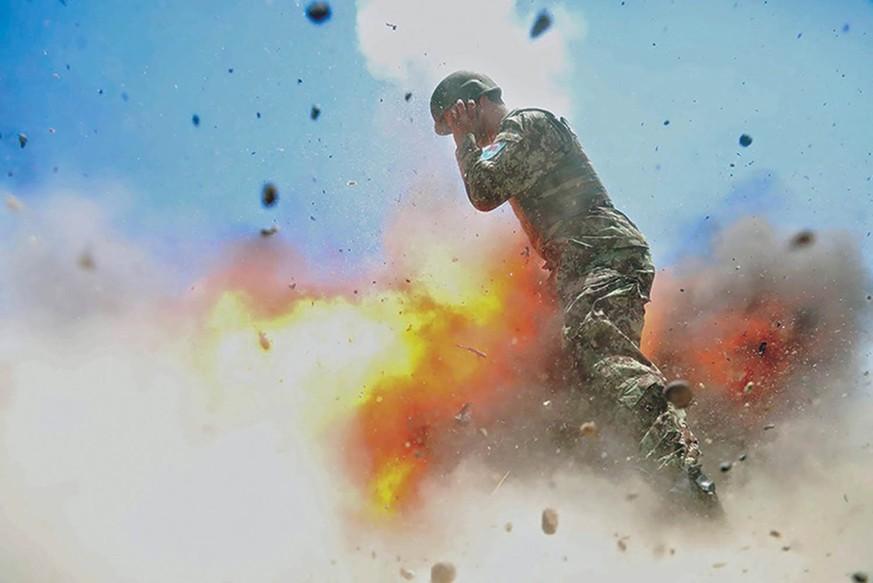 Kriegs-Fotografin drückt im Moment ihres Todes ab