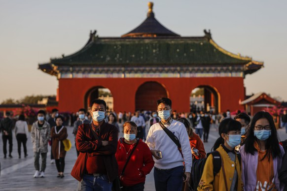 epa08721766 Tourists visit the Temple of Heaven during the so-called 'Golden Week' public holidays, in Beijing, China, 05 October 2020. The Golden Week of National Day holiday began from 01 October and marks China's 71st founding anniversary.  EPA/WU HONG