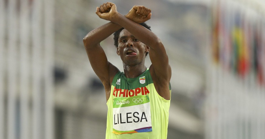 2016 Rio Olympics - Athletics - Final - Men's Marathon - Sambodromo - Rio de Janeiro, Brazil - 21/08/2016. Feyisa Lilesa (ETH) of Ethiopia celebrates.   REUTERS/Athit Perawongmetha    FOR EDITORIAL USE ONLY. NOT FOR SALE FOR MARKETING OR ADVERTISING CAMPAIGNS.