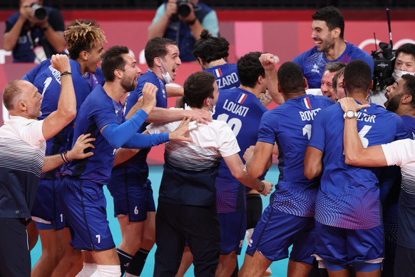 epa09398289 Members of the France men's volleyball team celebrate their victory in the men's seminfinal match between Argentina and France of the Volleyball events of the Tokyo 2020 Olympic Games, at Ariake Arena in Tokyo, Japan, 05 August 2021.  EPA/MICHAEL REYNOLDS