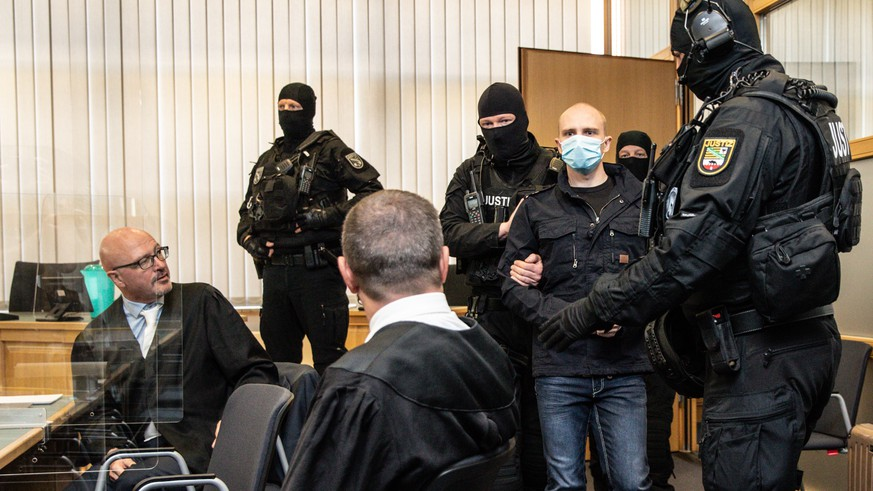 epaselect epa08558220 Defendant Stephan Balliet (3-R) arrives for the main trial of the terror attack in Halle next to his lawyers Hans-Dieter Weber (L) and Thomas Rutkowski (3-L) at regional court in Magdeburg, Saxony-Anhalt, Germany, 21 July 2020. The suspect, a 27-year-old German neo-Nazi named by the media as Stephan Balliet, went on rampage shooting and killed two people on 09 October 2019 in front of the synagogue and a Kebab shop in Halle during the celebrations on the Jewish holiday of Yom Kippur.  EPA/HAYOUNG JEON / POOL