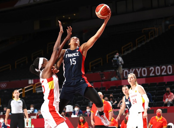 epa09395100 Gabby Williams (R) of France in action against Astou Ndour (L) of Spain during the Women's Basketball quarter final match between Spain and France at the Tokyo 2020 Olympic Games at the Saitama Super Arena in Saitama, Japan, 04 August 2021.  EPA/WU HONG