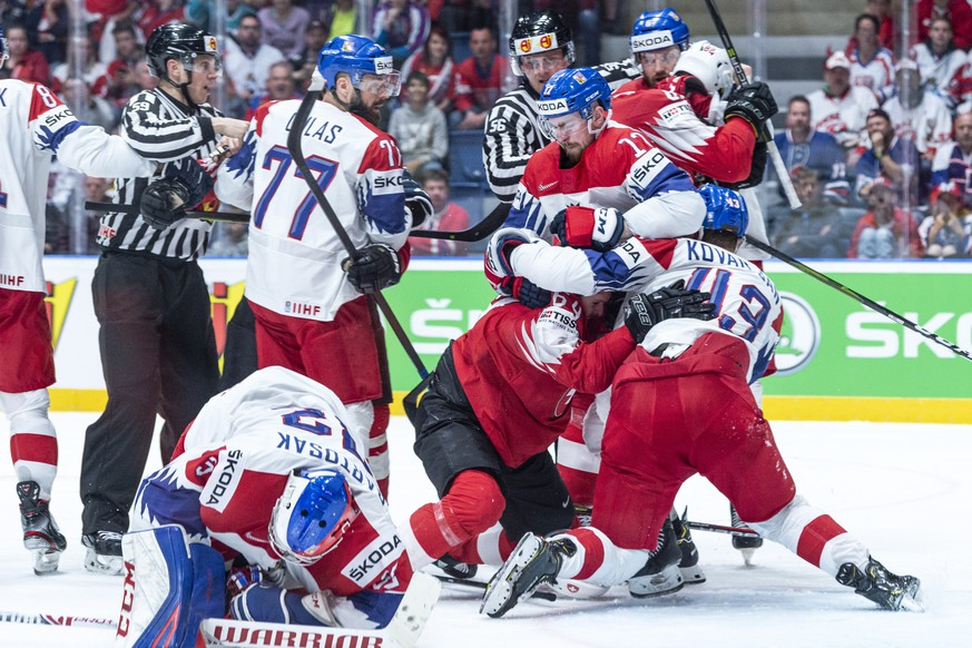 epa07588975 Players of Switzerland (red) and Czech Republic fight during the IIHF World Championship group B ice hockey match between the Czech Republic and Switzerland at the Ondrej Nepela Arena in Bratislava, Slovakia, 21 May 2019.  EPA/MELANIE DUCHENE