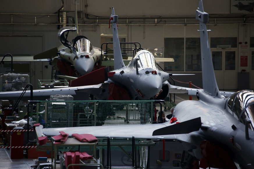 View of the assembly line of the Rafale jet fighter in the factory of French aircraft manufacturer Dassault Aviation in Merignac near Bordeaux, southwestern France, in this January 10, 2014 file photo. France and Egypt have agreed a deal worth more than 5 billion euros ($5.7 billion) for the sale of Dassault Aviation-built Rafale fighter jets, a naval frigate and missiles, a French source close to the matter said on Thursday February 12, 2015. Picture taken January 10, 2014.  REUTERS/Benoit Tessier/Files  (FRANCE - Tags: TRANSPORT MILITARY BUSINESS)