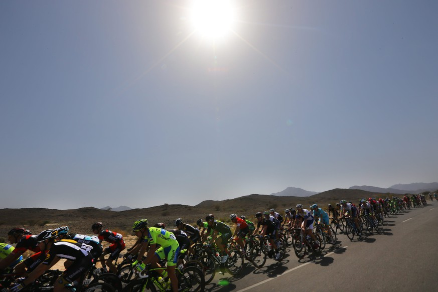 epa04624080 The peloton rides through the desert during the 1st stage of the Tour of Oman 2015, over 161km from Bayt al Naman Castle to Al Wutayyah, Oman, 17 February 2015.  EPA/KIM LUDBROOK