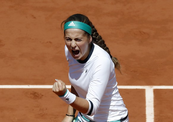epa06013532 Jelena Ostapenko of Latvia reacts as she plays against Caroline Wozniacki of Denmark during their women's singles quarter final match during the French Open tennis tournament at Roland Garros in Paris, France, 06 June 2017.  EPA/ETIENNE LAURENT