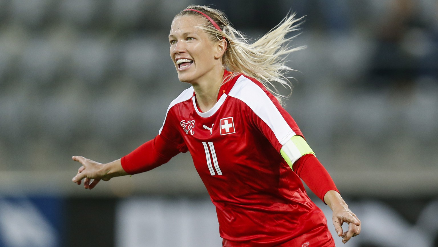 ARCHIV – LARA DICKENMANN ERLEIDET EINEN SCHWERE KNIEVERLETZUNG UND VERPASST DAS WM-PLAYOFF GEGEN DIE NIEDERLANDE – Switzerland's Lara Dickenmann celebrates after scoring the 2-1 during the FIFA Women's World Cup 2019 qualifying soccer match between Switzerland and Poland at the Tissot Arena in Biel, Switzerland, Tuesday, September 19, 2017. (KEYSTONE/Peter Klaunzer)