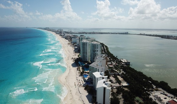 epa08317118 A photo taken using a drone shows a beach in Cancun, in the state of Quintana Roo, Mexico, 23 March 2020. The Mexican Caribbean has been struggling with severe economic losses as the number of tourists dropped amid the ongoing coronavirus pandemic.  EPA/LOURDES CRUZ