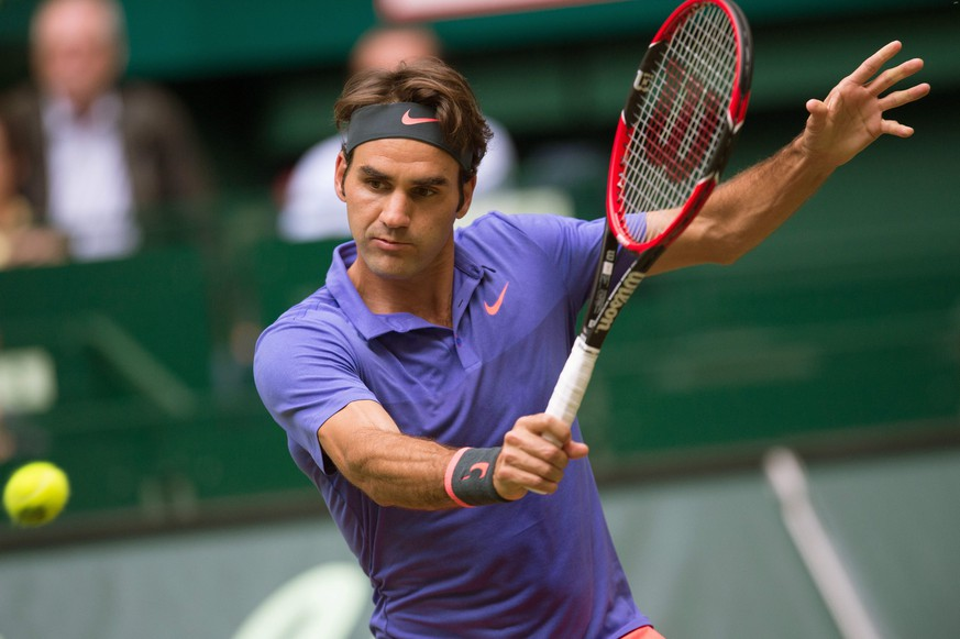 epa04804995 Roger Federer of Switzerland in action against Ernests Gulbis of Latvia during their second round match at the ATP tennis tournament in Halle, Germany, 17 June 2015.  EPA/MAJA HITIJ