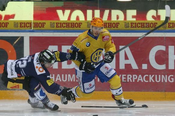 Zug, 12.09.2015, Eishockey NLA - EV Zug - HC Davos, Samuel Erni (L, EVZ) gegen Topscorer Mauro Joerg (R, Davos). (Marc Schumacher/EQ Images)