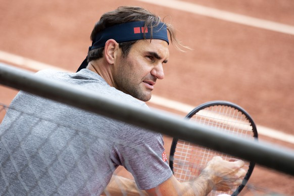 epa09206209 Swiss tennis player Roger Federer talks with a coach during a training session at the ATP 250 Geneva Open tournament in Geneva, Switzerland, 17 May 2021. EPA/SALVATORE DI NOLFI