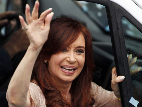 Argentina's President Cristina Fernandez de Kirchner waves as she leaves after the opening session of the 133rd legislative term of Congress in Buenos Aires March 1, 2015.  REUTERS/Martin Acosta (ARGENTINA - Tags: POLITICS PROFILE)