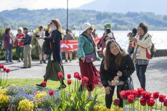 """Touristen der 4'000 Personen grossen chinesischen Reisegruppe der Kosmetikfirma """"Jeunesse Global"""" treffen auf dem Inseli in Luzern ein, am Montag, 13. Mai 2019. (KEYSTONE/Urs Flueeler)"""