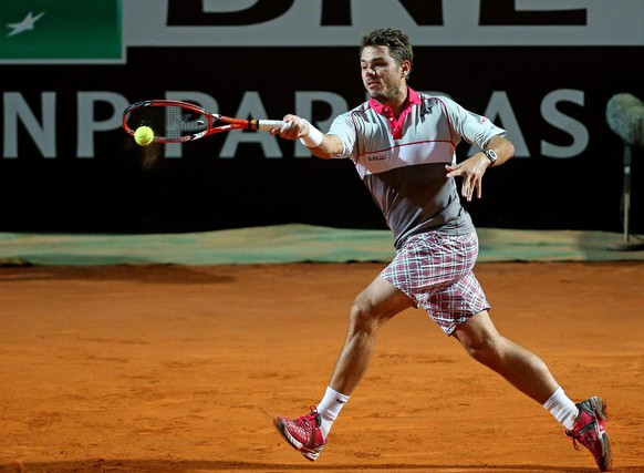 epa04750371 Stan Wawrinka of Switzerland in action  against Rafael Nadal of Spain during their quarter final match of the Italian Open tennis tournament at the Foro Italico in Rome, Italy, 15 May 2015.  EPA/ALESSANDRO DI MEO