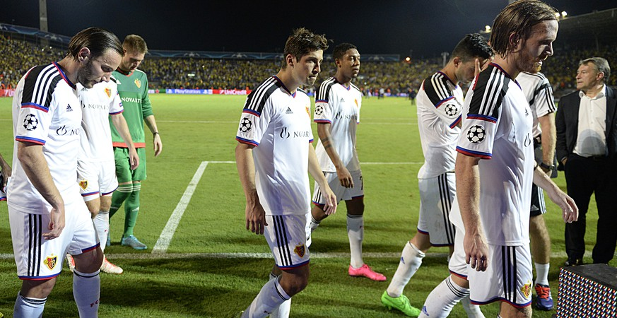 Basel's disappointed players leave the pitch after the UEFA Champions League play-off round second leg soccer match between Israel's Maccabi Tel Aviv FC and Switzerland's FC Basel 1893 in the Bloomfield stadium in Tel Aviv, Israel, on Tuesday, August 25, 2015. (KEYSTONE/Georgios Kefalas)