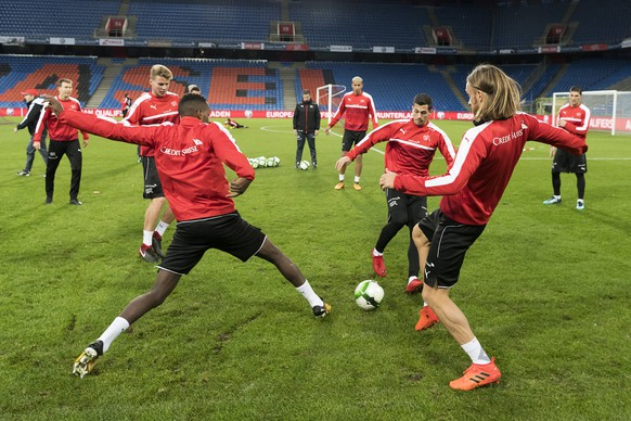 epa06323054 Switzerland's national soccer team players during a training session the day before the 2018 FIFA World Cup play-off second leg soccer match between Switzerland and Northern Ireland, in the St. Jakob-Park stadium in Basel, Switzerland, 11 November 2017.  EPA/GEORGIOS KEFALAS
