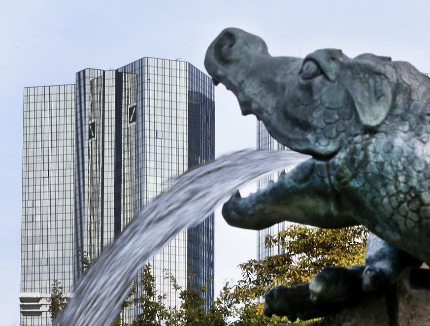 Da bleibt der Fontäne vor der Deutschen Bank wohl bald das Wasser im Halse stecken.  Bild Michael Probst  AP  KEYSTONE
