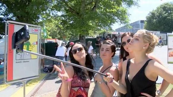 Bern - 16.7.15 - Aus Respekt vor den Künstlern und aus Sicherheitsgründen gilt am Gurtenfestival ein striktes Selfie-Stick-Verbot. Wie kommt das Verbot bei den Besuchern an?<br>