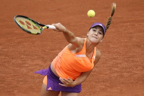 Switzerland's Belinda Bencic returns the ball to USA's Venus Williams during their French tennis Open first round match at the Roland Garros stadium in Paris on May 25, 2014. AFP PHOTO / PATRICK KOVARIK