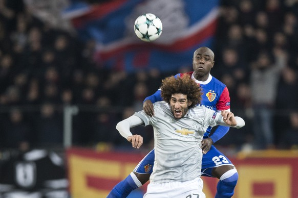 Basel's Eder Balanta up, fights for the ball against Manchester United's Marouane Fellaini, down, during the UEFA Champions League Group stage Group A matchday 5 soccer match between Switzerland's FC Basel 1893 and England's Manchester United FC at the St. Jakob-Park stadium in Basel, Switzerland, on Wednesday, November 22, 2017. (KEYSTONE/Ennio Leanza)