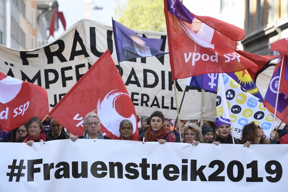epa07539520 Workers and protesters march on a road to mark Labor Day in Zurich, Switzerland, 01 May 2019.  EPA/ENNIO LEANZA