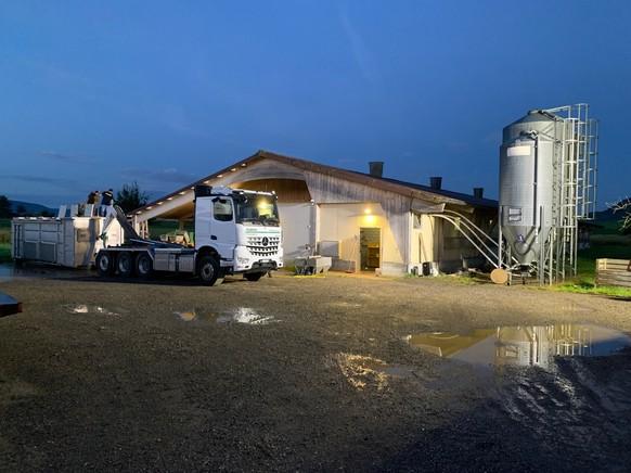 HANDOUT -  In Trasadingen ertranken am Freitag, 16. Juli 2021, nach starken Regenfaellen ueber 11'500 Huehner in einem Maststall. Weitere 5'500 mussten aufgrund ihres - durch das Wasser verursachten - schlechten Zustandes mittels Kohlendioxid (CO2) von ihrem Leiden erloest werden. (KEYSTONE/HANDOUT/KAPO SH) *** NO SALES, DARF NUR MIT VOLLSTAENDIGER QUELLENANGABE VERWENDET WERDEN ***