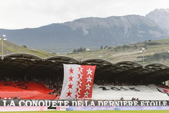 Le drapeau valaisan a l'effigie de la coupe de suisse est presente pas les supporters lors de la rencontre de football de Super League entre le FC Sion et les BSC Young Boys ce lundi 25 mai 2015 au stade de Tourbillon a Sion. (KEYSTONE/Jean-Christophe Bott)