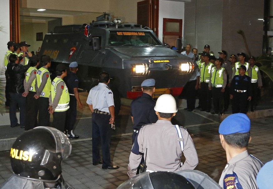 An armoured vehicle believed to be carrying two Australian death row prisoners Myuran Sukumaran and Andrew Chan leaves Kerobokan Prison for the airport, in Denpasar, on the Indonesian island of Bali, March 4, 2015. Two convicted Australian drug smugglers were removed from a prison in Bali on Wednesday to be taken to an Indonesian island where they will be shot by firing squad, Australian media reported. The planned executions of Myuran Sukumaran, 33, and Andrew Chan, 31, have ratcheted up diplomatic tensions amid repeated pleas of mercy for the pair from Australia and thrown a spotlight on Indonesia's increasing use of the death penalty for foreigners.  REUTERS/Beawiharta  (INDONESIA - Tags: CRIME LAW POLITICS)
