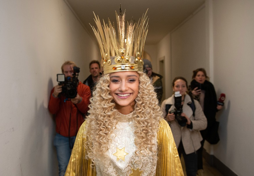 epa07991062 The Nuremberg Christ Child, the 17-year-old Benigna Munsi, appears in her regalia dressed with crown, wig and wings as the christ child at the Nuremberg state theater, in Nuremberg, Germany, 12 November 2019. The Nuremberg Christ Child (in German: Nuernberger Christkind) will open the city's famous Christmas Market on 29 November 2019.  EPA/TIMM SCHAMBERGER
